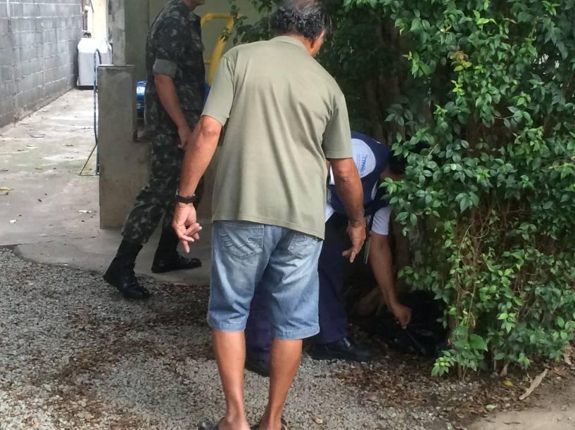 Funcionária da Secretaria de Saúde procurando focos do mosquito da dengue