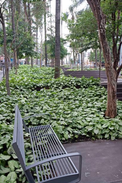 Praça pública do shopping possui 2 400 metros quadrados e conta com a conservação de sessenta árvores nativas