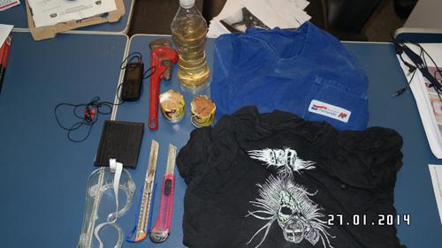 Dois estiletes, uma camiseta e um uniforme encontrados na mochila apreendida de Fabrício Chaves, segundo a SSP