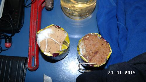 Dois artefatos com pavio, que segundo a SSP seriam explosivos carregados pelo jovem