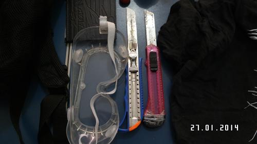 Detalhes dos estiletes, com o qual o jovem teria tentado atingir os policiais, segundo a SSP, e um óculos de proteção