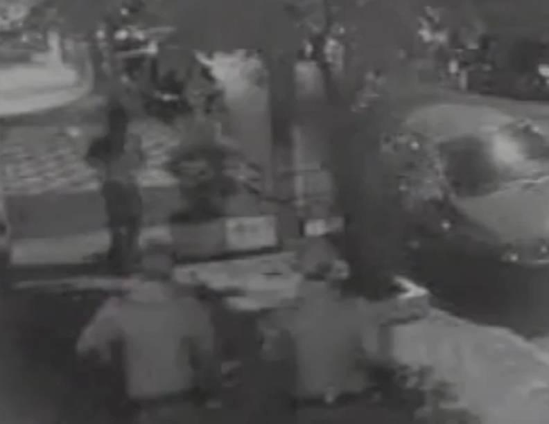 Câmera de segurança flagra momento em que jovem é seguido por policiais