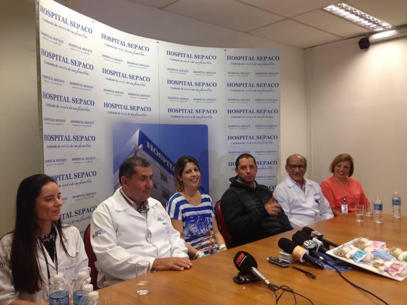 Os pais dos bebês, Karina Barreiras e João Biagi Júnior, com os médicos