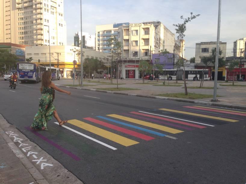 Pedestre na faixa colorida