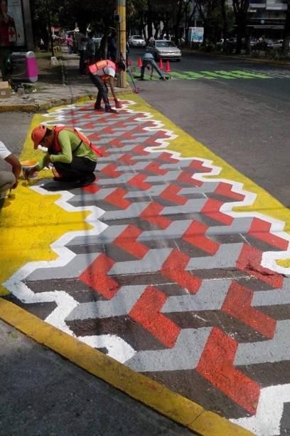 Grupo Liga Peatonal faz intervenções artísticas em faixas de pedestre no México