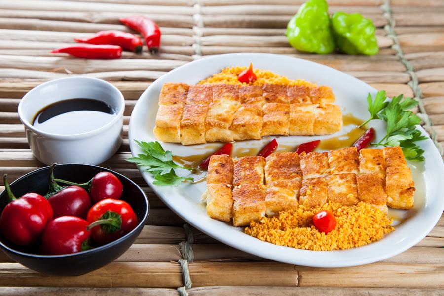 Leporace serve queijo coalhoassado na grelha com farofa de Doritos (R$ 18,00)