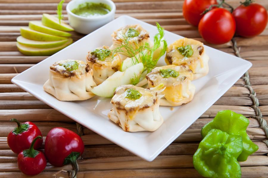 Moocaires: tarteletes recheadas com carne moída bovina, abacaxi, queijo gouda e chimichurri (R$ 29,90)