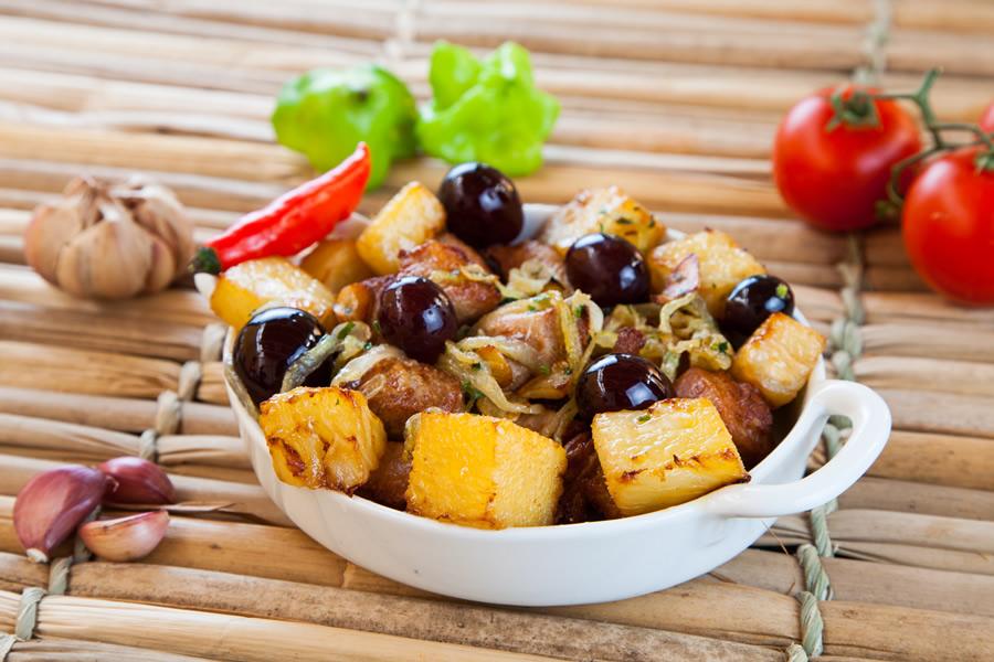 Tiro Liro concorre com os cubos de carne marinados e fritos na gordura, servidos com abacaxi e uva (R$ 22,00)