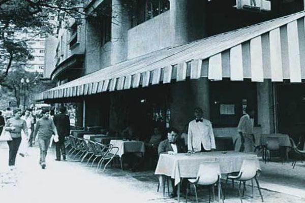 Paribar: mesas na calçada e toldo verde e branco eram os marcos do espaço