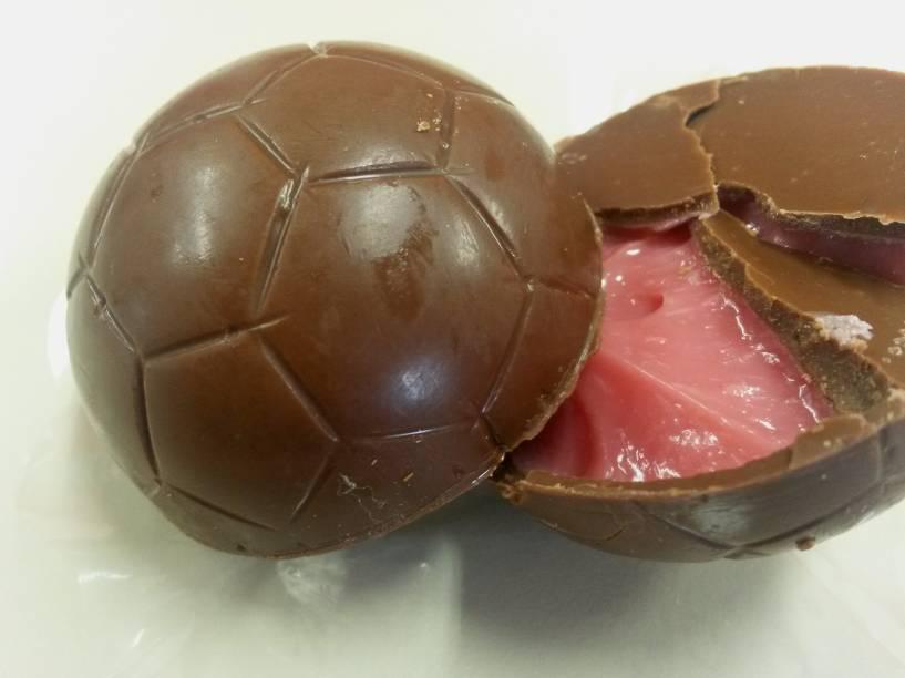Amor aos Pedaços: bola de chocolate ao leite recheada com Bicho de Pé (R$ 14,00)