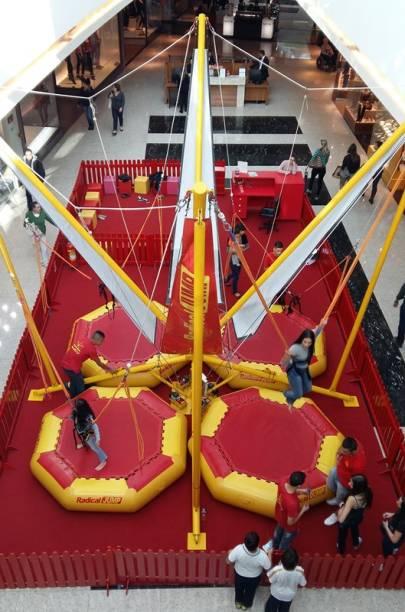 A atração do shopping proporciona pulos de até cinco metros de altura