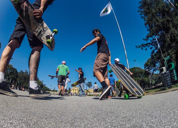 Skatistas sobem a ladeira do Parque da Independência: 15 000 esportistas passam por lá nos finais de semana