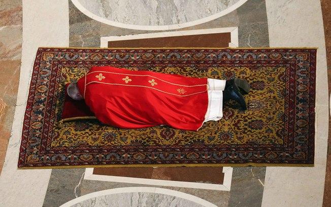 O sarcedote participou do rito tradicional da Sexta-feira Santa na Basílica de São Pedro, no Vaticano