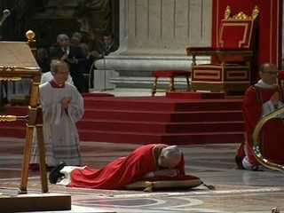 Papa Francisco deita no chão em oração pela humanidade