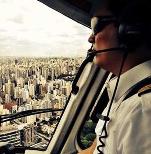 Foto feita pela mulher de Thomaz mostra o rapaz pilotando um helicóptero