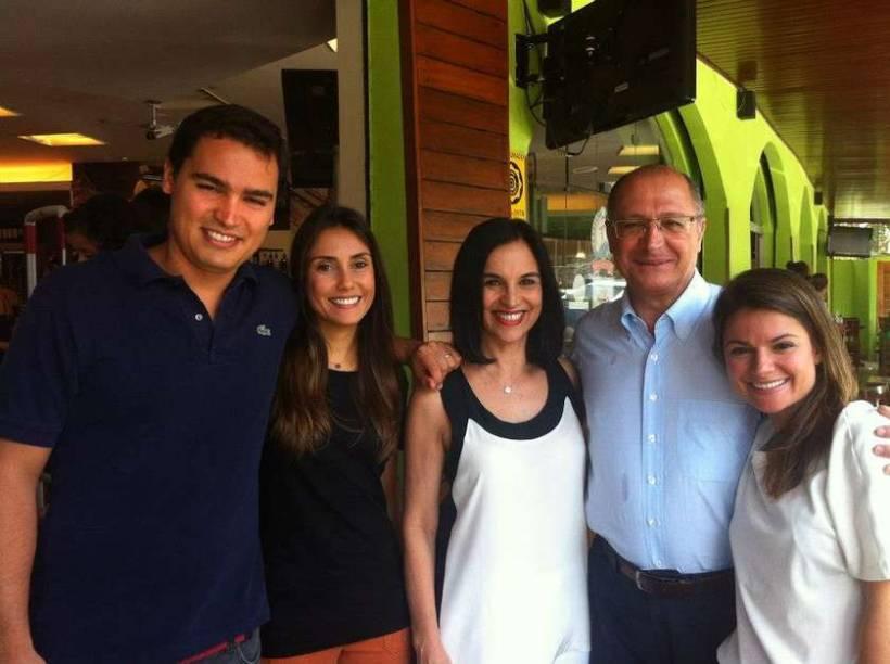 Thomáz (a esq.) com a família: jovem tinha 31 anos e deixa duas filhas