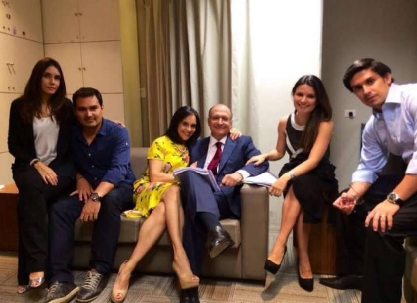 A família, incluindo Thomaz (a esq.), se reúne antes do debate do governador nas últimas eleições