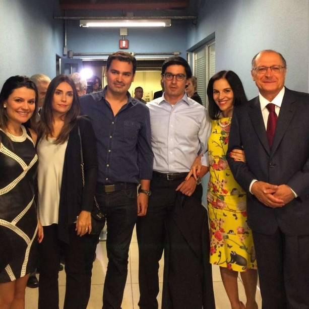 Geraldo Alckmin (dir.) com a esposa, Dona Lu, os filhos e a nora