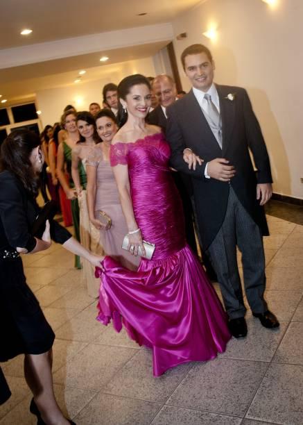 Lu Alckmin acompanha o filho mais novo, Thomaz, no dia de seu casamento