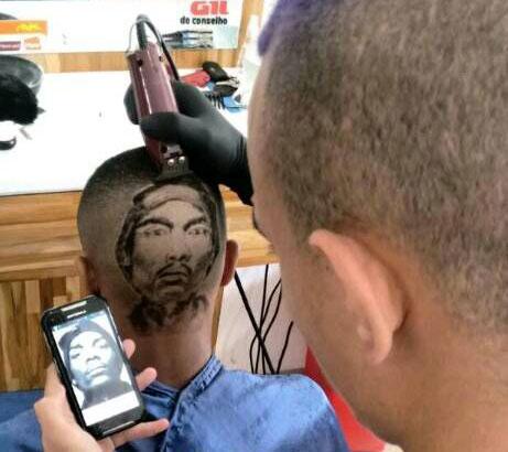 O barbeiro observa retratos para conseguir reproduzir a imagem na cabeça dos clientes