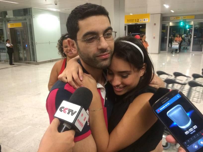 Familiares receberam os passageiros na noite desta segunda (30) em Guarulhos