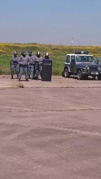 Policiais marroquinhos receberam o avião na pista do aeroporto de Casablanca