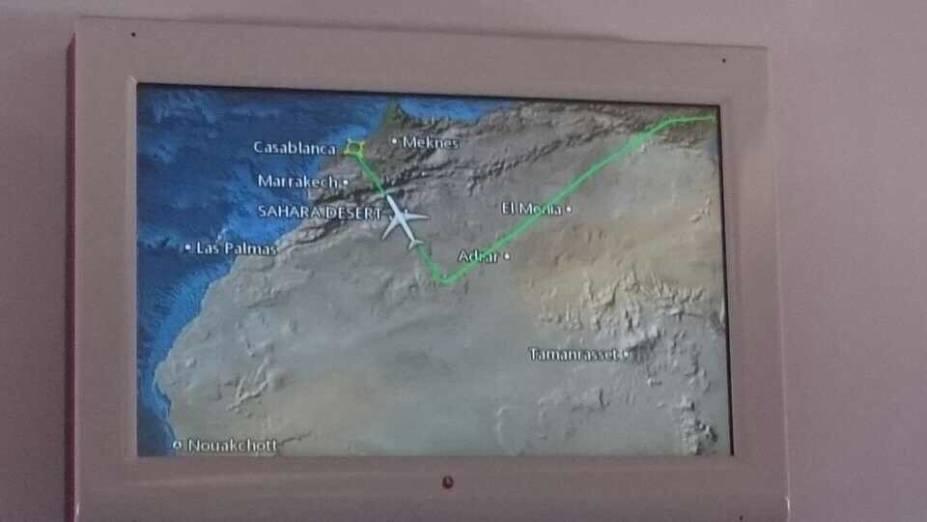 O telão do avião mostra o desvio da rota para o Marrocos, após sair da Turquia para São Paulo