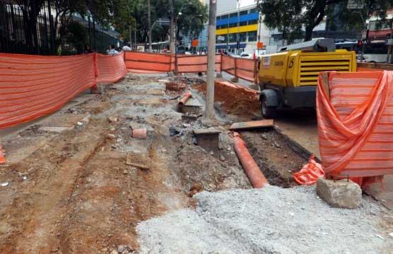 Obras da ciclovia na calçada da Avenida Bernardino de Campos, na pista sentido Paraíso, perto da Rua Treze de Maio