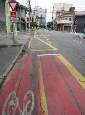 Ciclofaixa na Rua dos Pinheiros interrompida por causa do ponto de ônibus