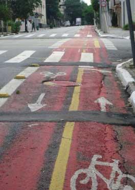 Ciclofaixa na Rua Artur de Azevedo, na esquina com a Avenida Pedroso de Moraes, com remendos que provocam desníveis na pista