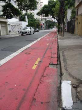 Ciclofaixa da Rua Artur de Azevedo com superfície irregular