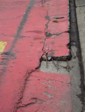 Detalhe da rampa com ferragem exposta da ciclofaixa da Rua Artur de Azevedo