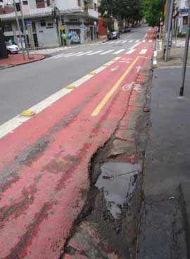 Trecho da ciclofaixa da Rua Artur de Azevedo em condições precárias