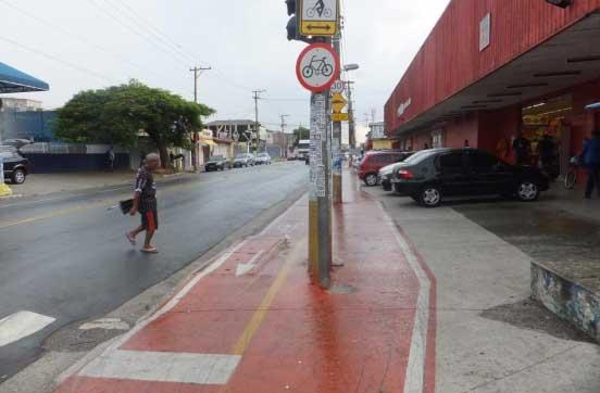 Ciclovia da Avenida Oliveira Freire, perto da Rua Ascenso Fernandes, obstruída por poste e sem espaço para circulação de pedestres