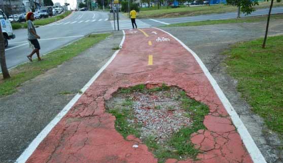Detalhe do buraco da ciclofaixa da Avenida Escola Politécnica