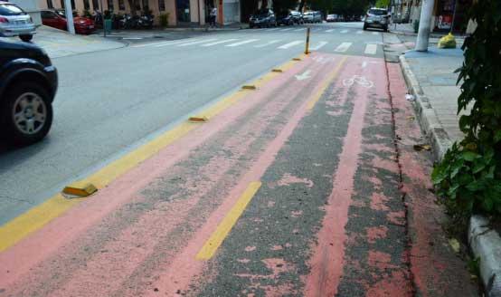 Ciclofaixa com pintura desgastada na Rua Alexandre Dunas, entre a Avenida Santo Amaro e a Rua Francisco de Morais