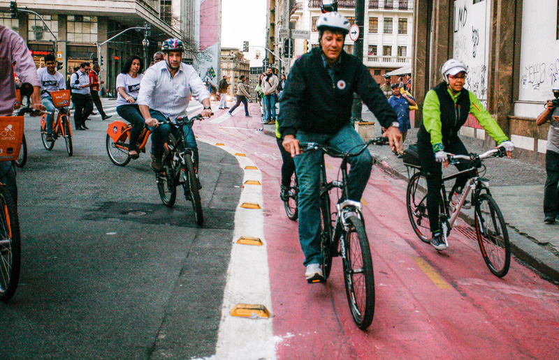 Haddad e suas pedaladas para os fotógrafos: as faixas exclusivas viraram uma das bandeiras de sua administração