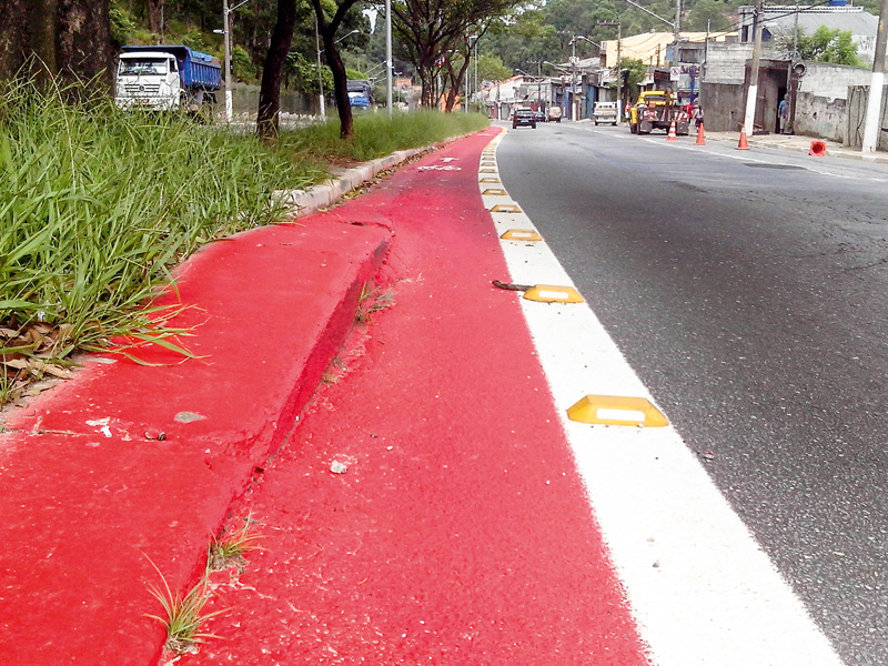 Avenida Afonso de Sampaio e Sousa, em Itaquera: degrau inusitado