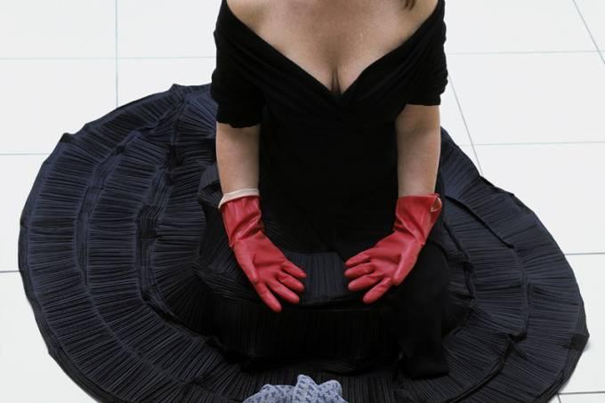 marina-abramovic-artista-servia-na-performance-_cleaning-the-house_.jpeg