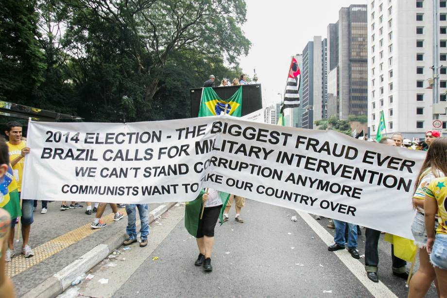 """Em tradução livre: """"Eleições de 2014: a maior fraude de todos os tempos. O Brasil pede intervenção militar. Não podemos suportar mais corrupção. Os comunistas querem tomar o nosso país"""""""