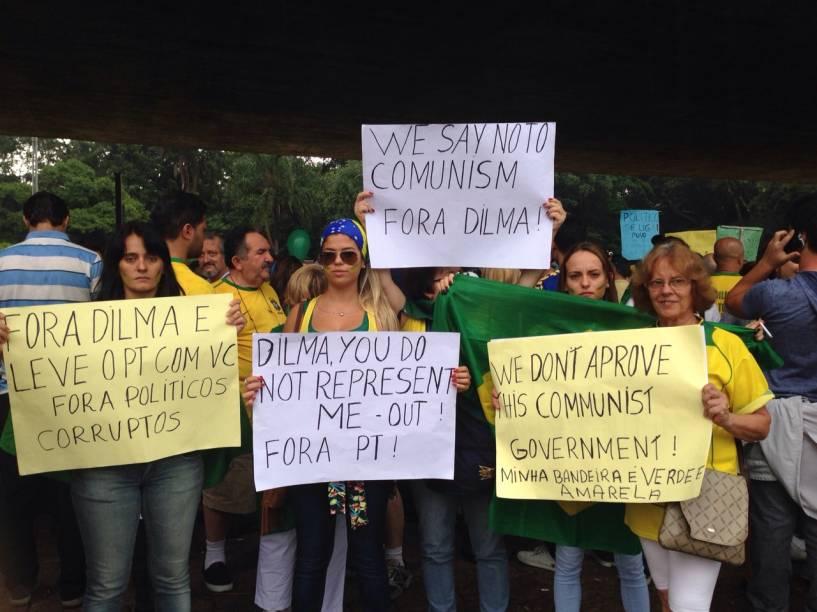 """Dilma, você não me representa"""" e """"Não ao comunismo"""""""