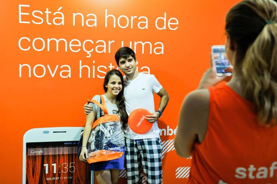 Visitantes do stand posam para fotos e levam seus presentes