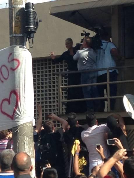 A apresentadora apareceu na sacada da Rua da Várzea para pedir calma aos fãs