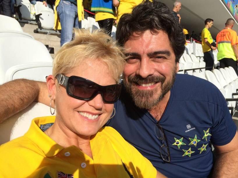 Xuxa e o namorado, Juno, durante jogo do Brasil no Itaquerão, na Copa do Mundo
