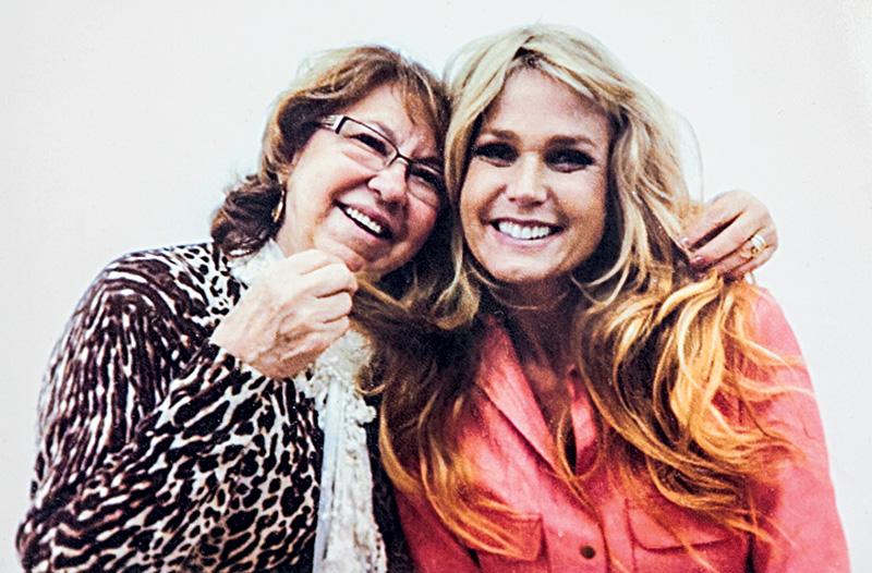 Nilta Murcelli e Xuxa; apresentadora escolhe peruca para o filme <em>O Mistério de Feiurinha</em>