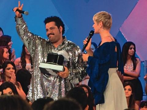 Tiago Abravanel se emocionou ao ser homenageado no Programa da Xuxa