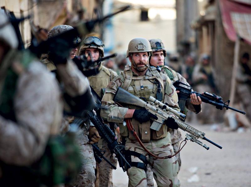 Sniper Americano: Bradley Cooper (de barba) no papel de Chris Kyle, 160 mortes confirmadas