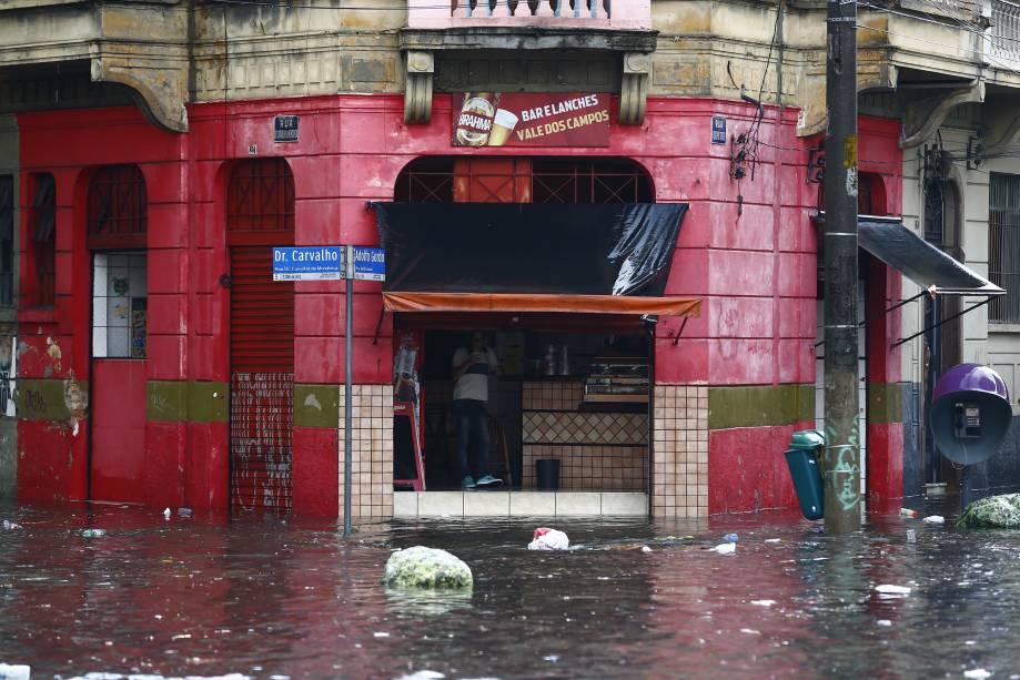 Chuva provoca alagamento da Rua Dr. Carvalho de Mendonça com Rua Adolfo Gordo, na região central
