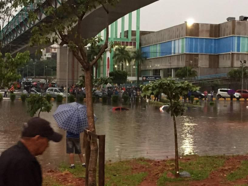 Córrego Tamanduateí transbordou no centro