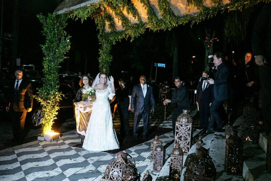 A noiva Fernanda Souza chega à Igreja Nossa Senhora do Brasil
